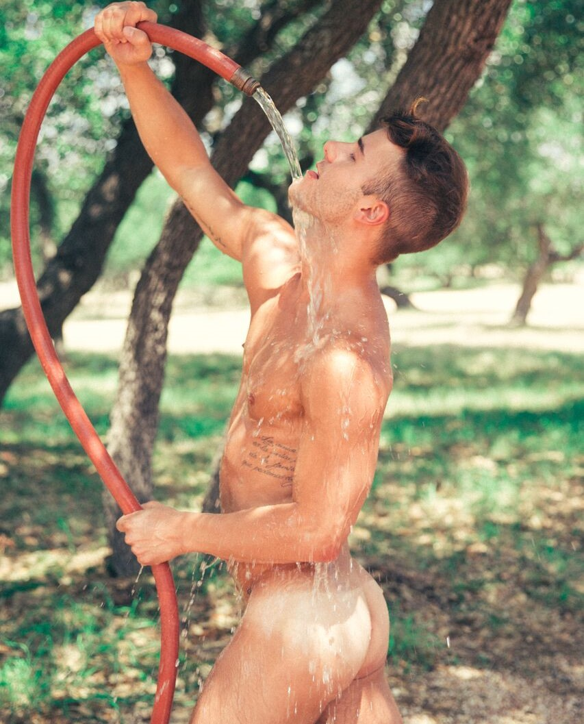 hombre bañándose desnudo