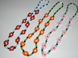 6dabeb33f Manualidades: pulseras o collares de flores con abalorios