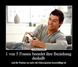 Ein Mann mit Spielekonsole, der Videospiele zockt