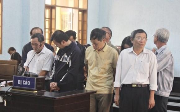 """Thao túng đấu thầu thuốc suốt 3 năm, 9 quan chức nhận mức án """"giơ cao đánh khẽ""""?"""