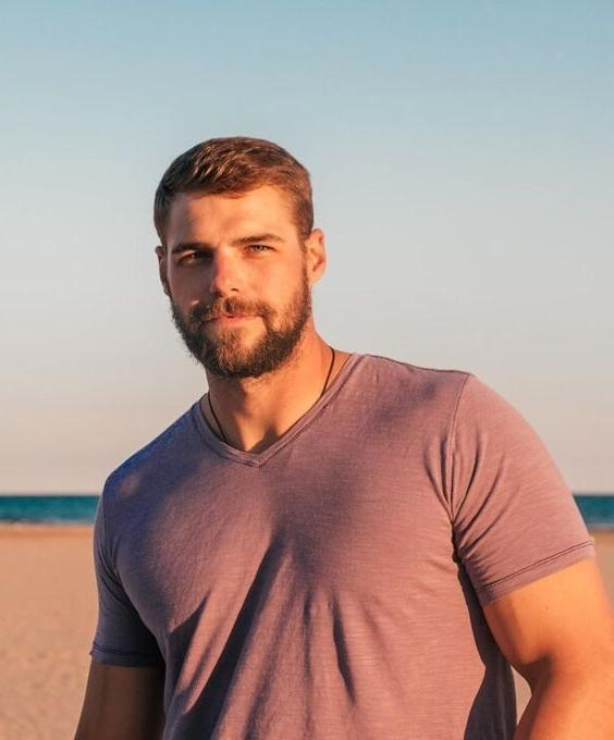 cute-bearded-beefy-dude-smiling-straight-bro