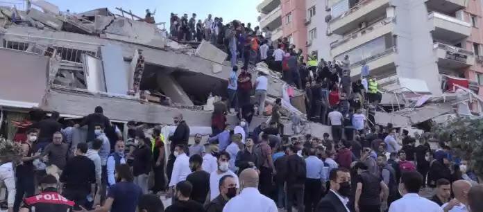 Καταρρέει η Σμύρνη μετά τον σεισμό των 6.7 ρίχτερ – 20 κτίρια κατεδαφίστηκαν – 24 νεκροί 800 τραυματίες (βίντεο)