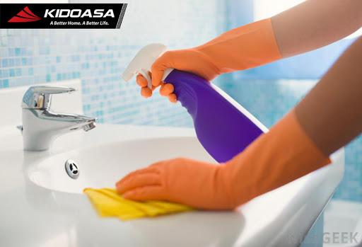 5 Rekomendasi Cairan Pembersih Toilet yang Ampuh Menghilangkan Noda