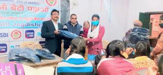स्कूली छात्राओं के बीच बैग व स्वेटर का एसबीआई ने किया वितरण