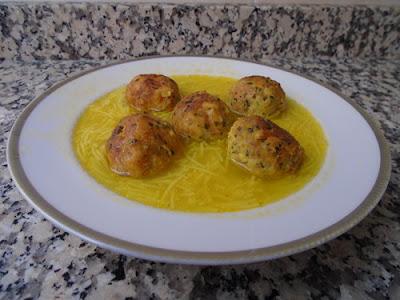 Sopa de pollo con albóndigas de pan