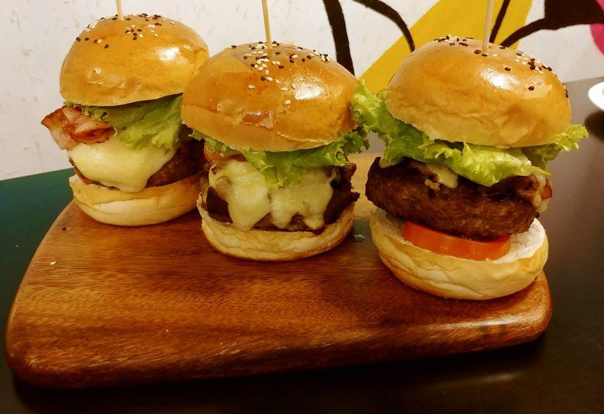 Y Café cheeseburgers