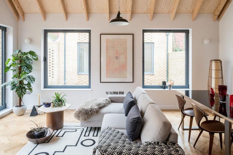 Salón rectangular con sofá como elemento divisorio.