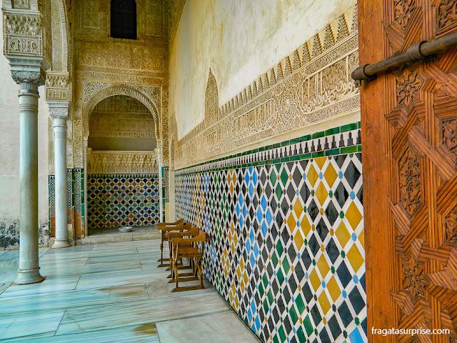 Pátio do Quarto Dourado, no Palácio Real da Alhambra de Granada