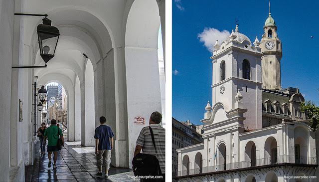 As arcadas e a torre do Cabildo de Buenos Aires, na Praça de Maio
