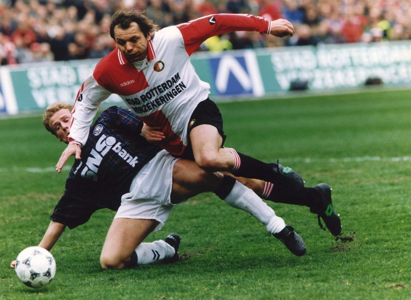 Jozsef Kiprich (Feyenoord) neergehaald door André Karnebeek (FC Twente)