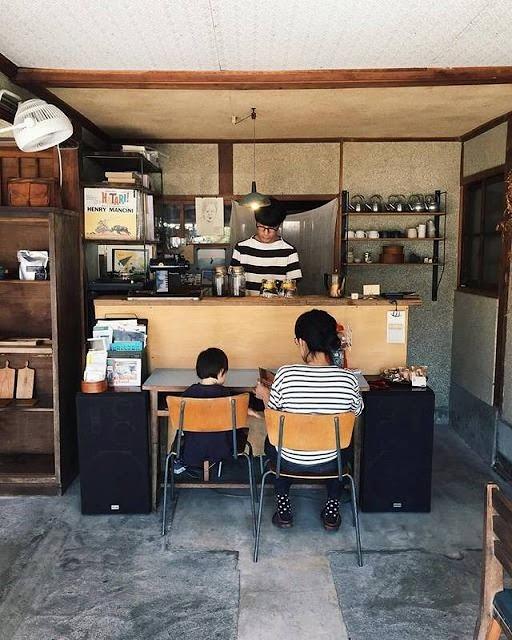 Swan鵝牌極致鵝絨日式刨冰機 鵝絨雪花冰機  給音樂迷和老屋控的刨冰提案 Terzo Tempo テルツォ テンポ 吧檯座位區,咖啡師正在製作咖啡-swan-kakigori-TerzoTempo-Musician-historical-wooden-house-interior-bar