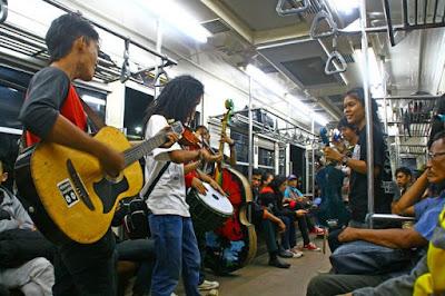 Musik punk rock merupakan pedoman musik terkenal di Indonesia Kumpulan Lirik Lagu Punk Rock Jalanan yang Terkenal dan Populer