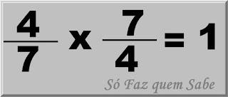 Ilustração mostrando que a multiplicação do número fracionário 4/7 por seu inverso 7/4 tem como resultado a unidade, ou seja, 1