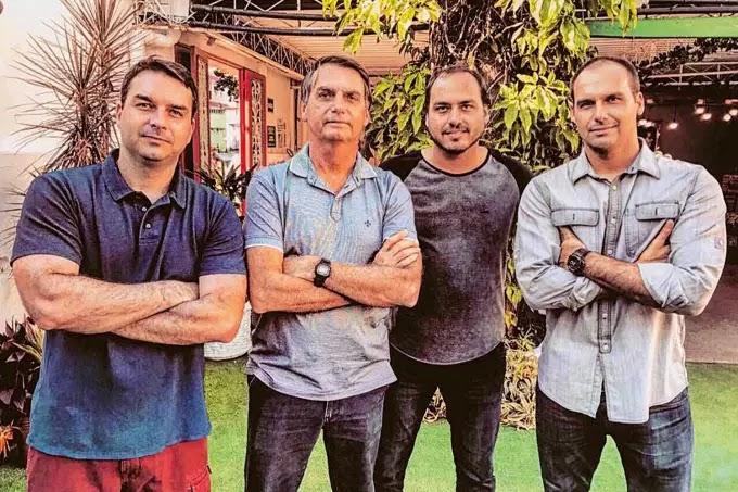 A política na Covid: Família Bolsonaro abraça a campanha de vacinação