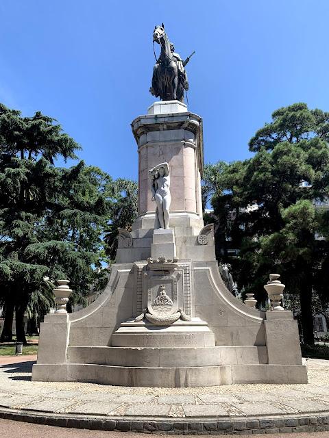 estatua de marmore com um general em cima de um cavalo