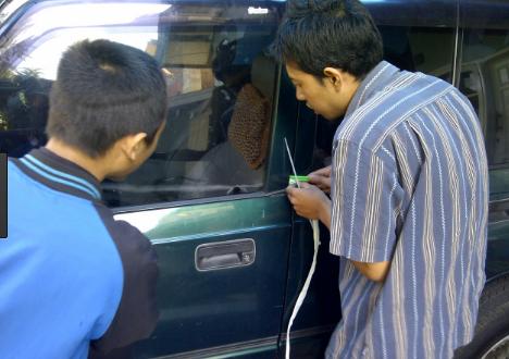 cara mengatasi mobil yang terkunci dari dalam secara otomatis