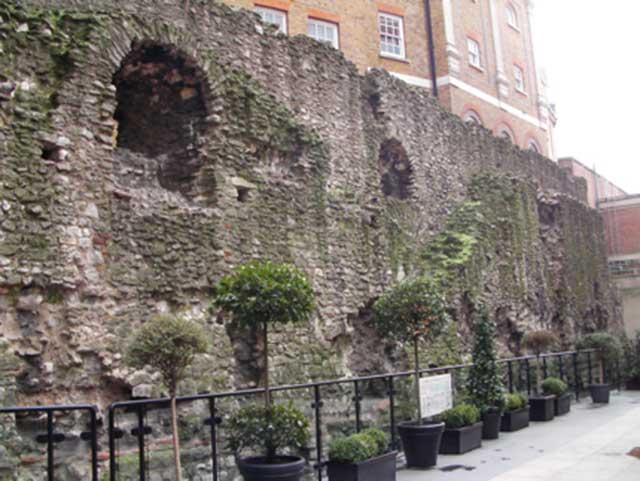Menara London Memiliki Tembok yang Amat Tebal
