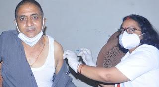राज्यमंत्री ने टीकाकरण केंद्र का किया उदघाटन, पत्रकारों ने लगवाया टीका  | #NayaSaberaNetwork