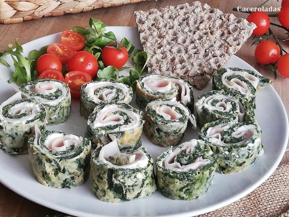 Rollos de tortilla de espinacas, rellenos de queso cremoso y pavo