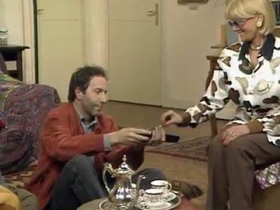 Loris, De Marinis di ''Camera Cafè'', offre una sigaretta alla marijuana a Sandra Mondaini