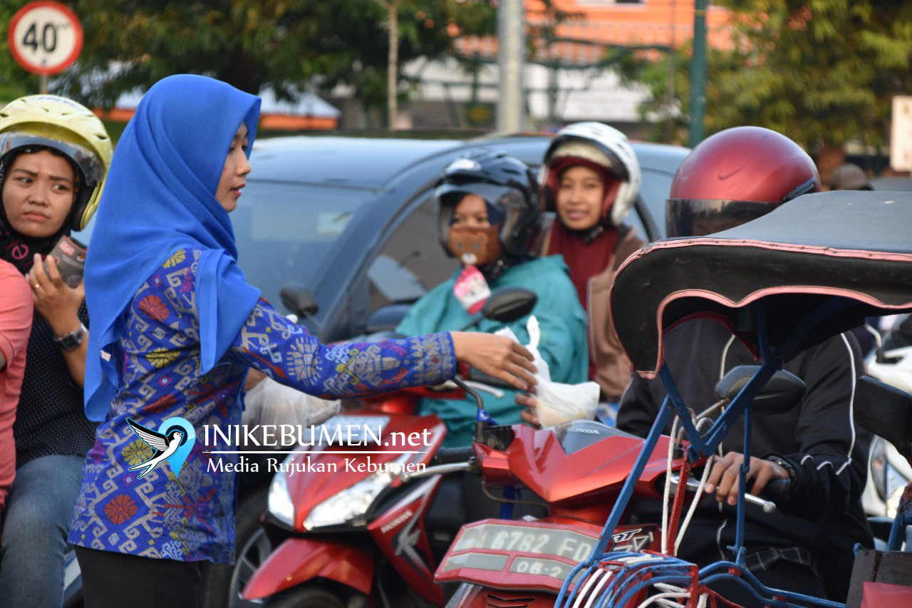 Sambil Bagikan Takjil, KPU Kebumen Sosialisasi Pilgub Jateng