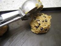 Cookies aux pépites de chocolat, recette de la box de Pandore, utilisation cuillère à boule de glace pour faires des tas de pâte de cookies