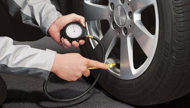 mengatur tekanan ban mobil