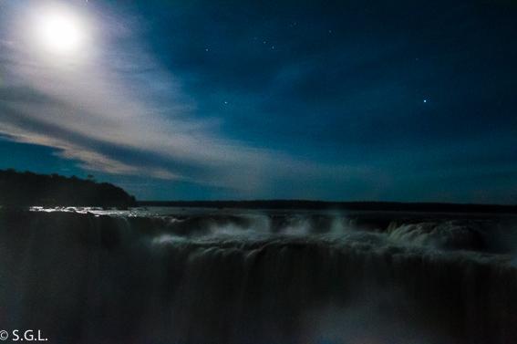 Las cataratas de Iguazu bajo la luna llena