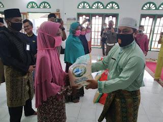 Wakil Bupati Lingga berbagi 30 Paket Sembako dan Masker di Kelurahan Pancur