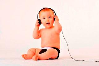 Foto gambar bayi lucu mendengarkan musik 11