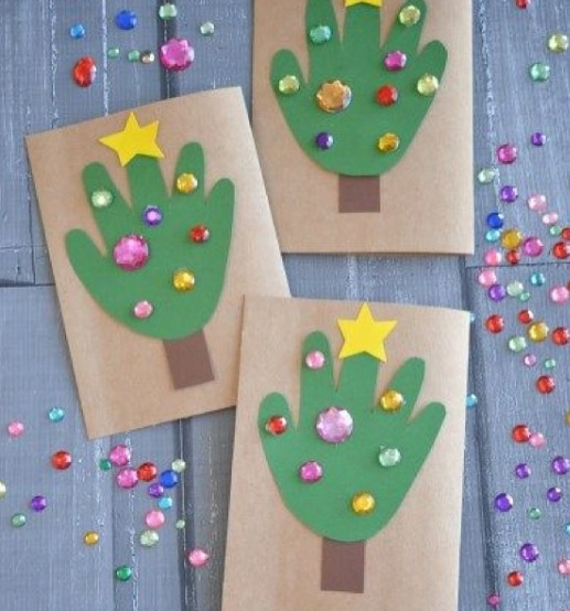 árboles de Navidad para preescolar hechos con la huella de la mano