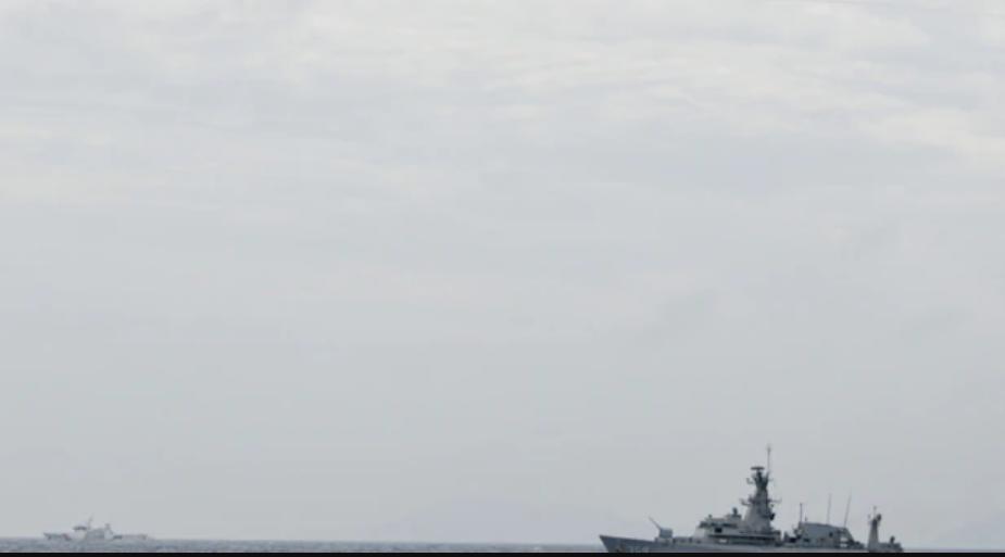 Un avión de combate F-16 de Indonesia vuela sobre una barco de guerra indonesio en Natuna, cerca del Mar de Sur de China, Indonesia, el 10 de enero de 2020 / REUTERS