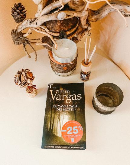 """Copertina per la recensione de """"La cavalcata dei morti"""" di Fred Vargas, un thriller che si mescola al fascino delle leggende norrene."""