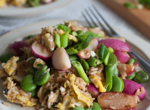 Smażony brązowy ryż z jajkiem (+ bobem i rzodkiewkami!)