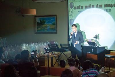 Thầy Vinh phát biểu khai mạc buổi biểu diễn