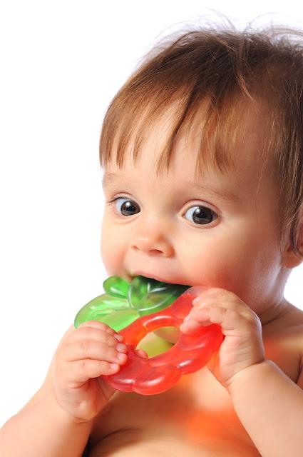Menangani Gigi Bayi yang Tumbuh dengan Pengobatan Rumahan