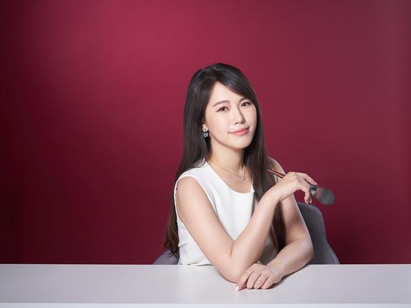 有fu攝影配合專業造型師,紅背景白洋裝手拿刷具坐姿白色桌子