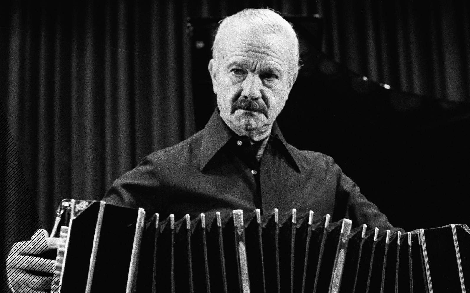 Compositor e bandoneonista argentino Astor Piazzolla, que revolucionou o tango tradicional.