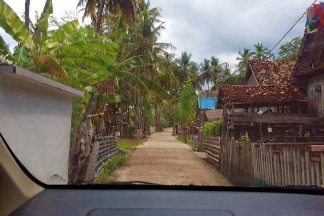 jalan menuju ke pantai kasuso