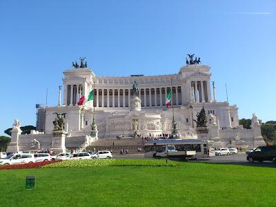 Edifício construído em homenagem à unificação da Itália e em honra a Vítor Emanuel II, considerado o pai da Pátria