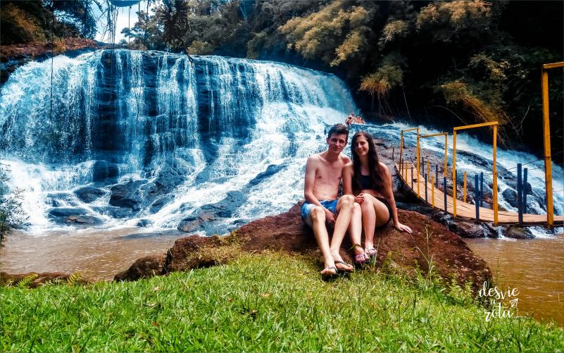 Casal sentado em frente a Cascata