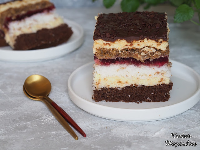 Ciasto biszkoptowe z bezą orzechową