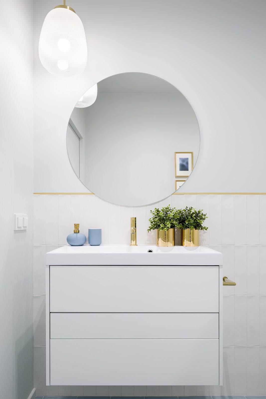 Baño blanco con azulejos pintados