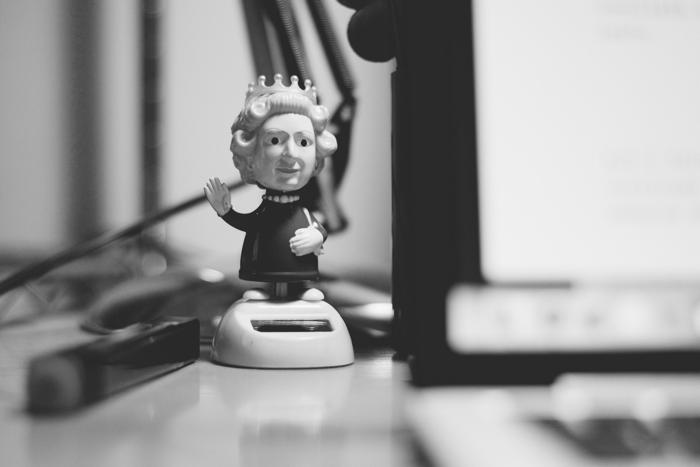 action figure mobile della regina Elisabetta che saluta