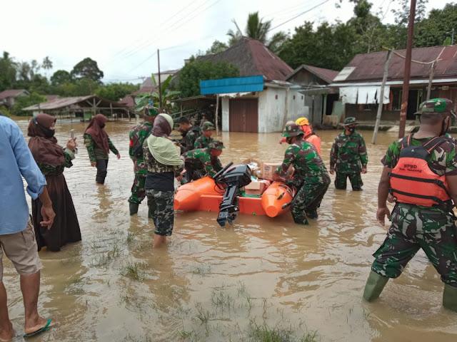 Dandim dan Kapolres Tabalong Turun Langsung Bantu Korban Banjir