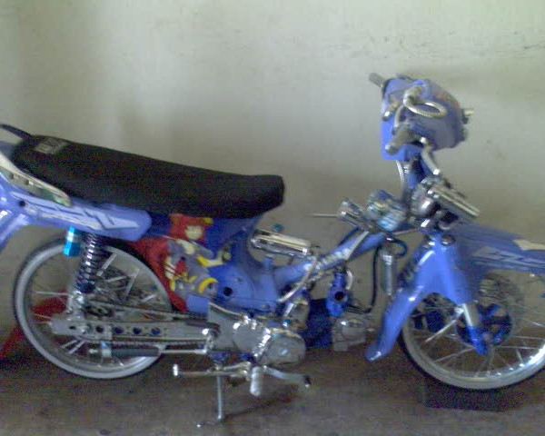 Foto Modifikasi Honda Legenda dengan memilih warna biru metalik dan sedikit sentuhan airbrushh kemudian dibagian depan sedikit dipendekkan jok menggunakan single seater ban menggunakan jenis swallow shockbraker berwarna biru senada dengan warna bodi motor