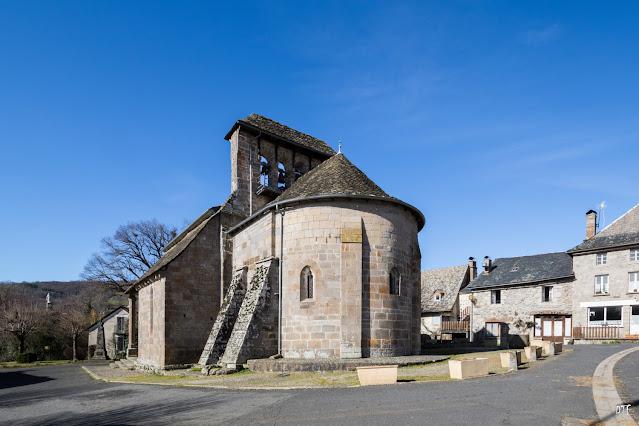 Clocher à peigne posé au-dessus de l'arc triomphal à Jou-sous-Monjou (Cantal)