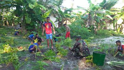 Babinsa Serda Raden Surahma Berikan Pelatihan Menanam di SMP Miangas