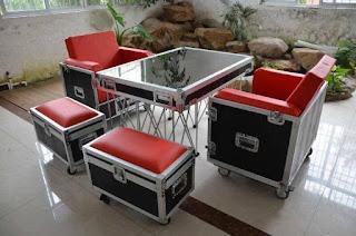 Mesas y sillas hechas con flightcase