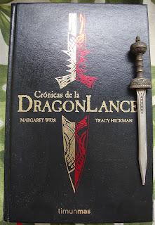 Portada de la edición ómnibus de las Crónicas de la Dragonlance, de Margaret Weis y Tracy Hickman